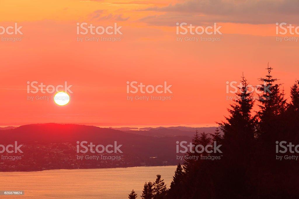 Paisagem do pôr do sol paisagem, Fiorde Noruega foto de stock royalty-free