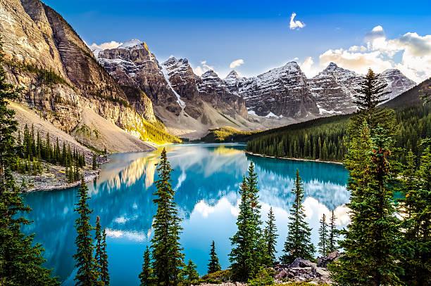 krajobraz zachód słońca widok morain jezioro i mountain range - kanada zdjęcia i obrazy z banku zdjęć