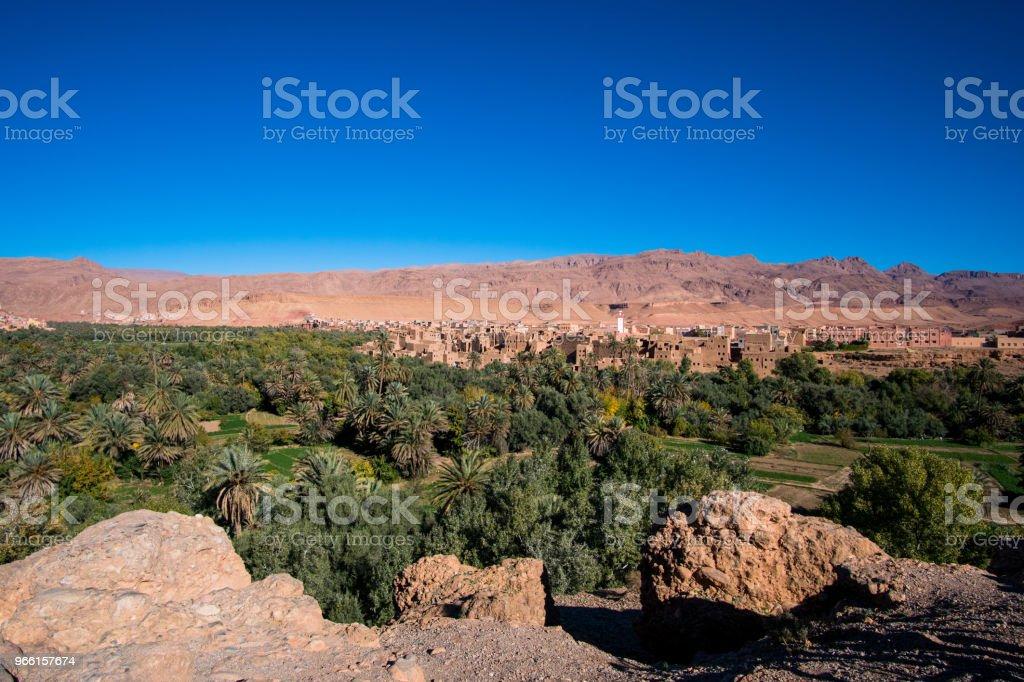 Liggande vy av Atlasbergen och oasis runt Douar Ait Boujane by i Todra gorge i Tinghir, Marocko - Royaltyfri Afrika Bildbanksbilder