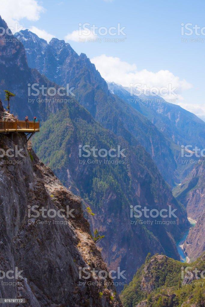 Landschaftsbild des Balagezong Nationalparks in Shangri-La, China, Ansicht von oben der Berge, wunderschöner Ort für Reisen, unten ist großer Fluss - Lizenzfrei Anhöhe Stock-Foto
