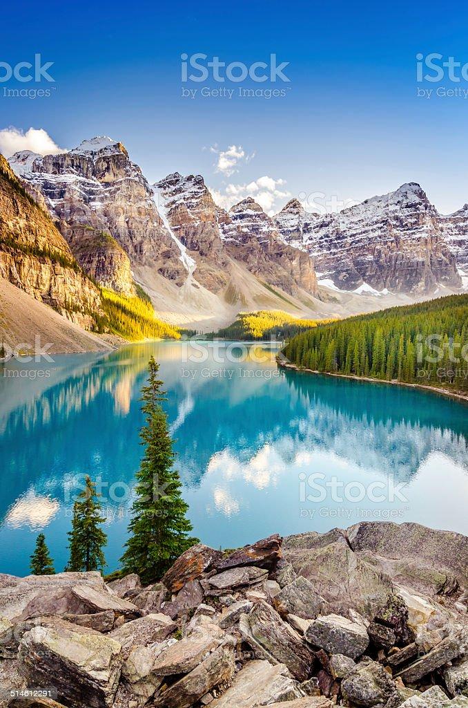 Пейзаж с видом на Озеро Морейн в Канадские Скалистые горы - Стоковые фото Moraine роялти-фри