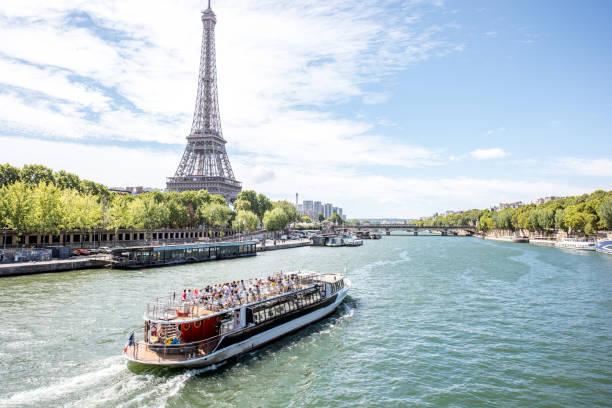 landschapsmening van parijs - rondvaartboot stockfoto's en -beelden