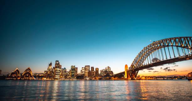 Landschaftsblick auf die Sydney Harbor Bridge am Abend – Foto