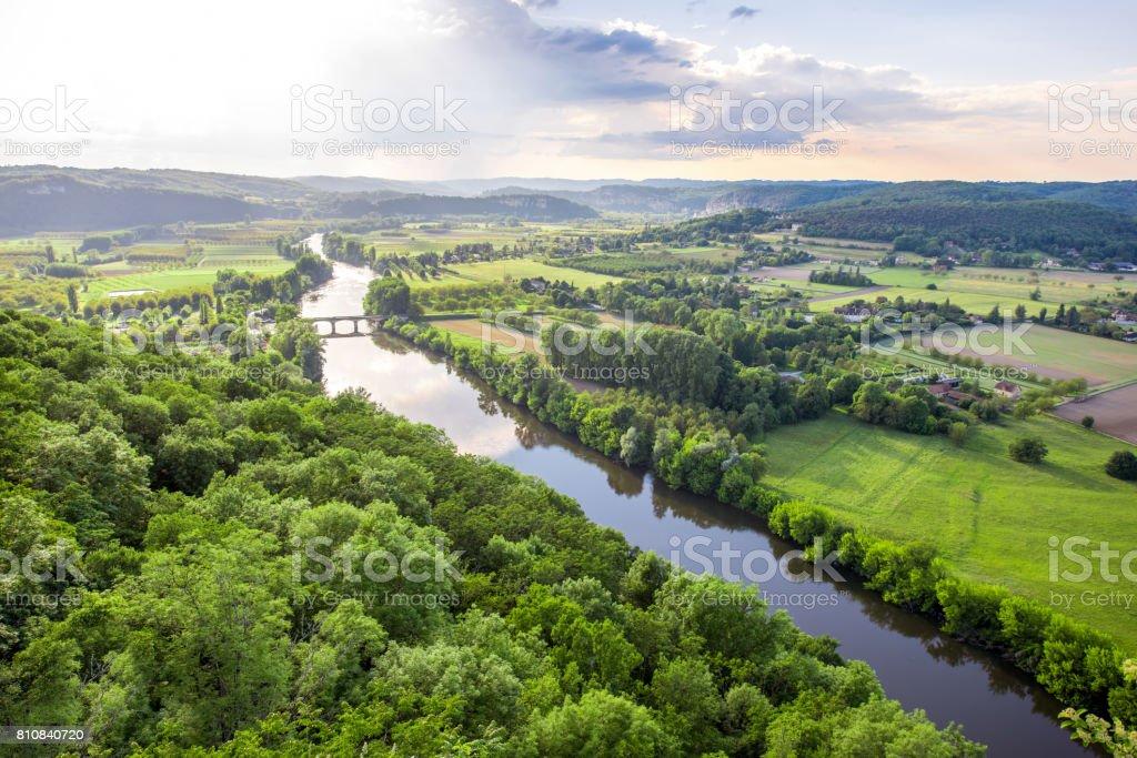Vue de paysage sur la rivière Dordogne en France - Photo