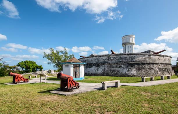 landschap met fort fincastle en oude kanonnen. new providence, nassau, bahama's - nassau new providence stockfoto's en -beelden