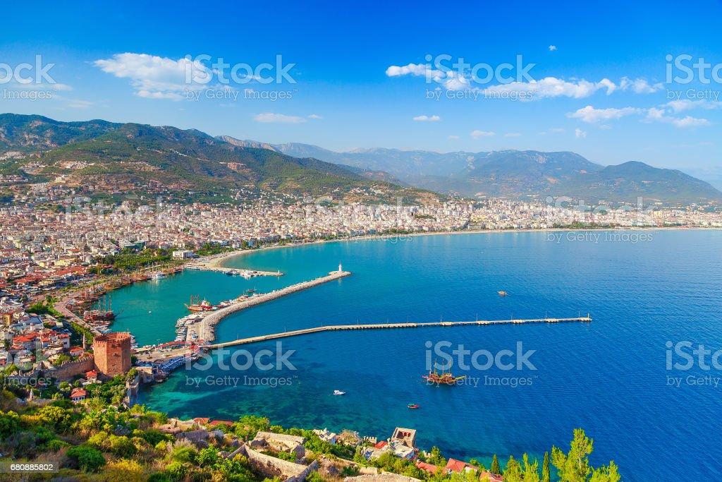 Marina ve Kızıl Kule kule Alanya Yarımadası'nda, Antalya bölgesinde, Türkiye, Asya ile manzara. Ünlü turizm yüksek dağlarla. Yaz parlak gün stok fotoğrafı