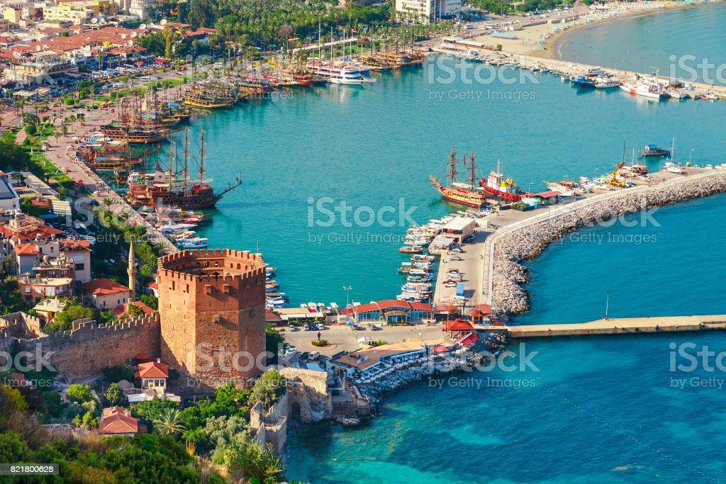 Marina ve Kızıl Kule kule Alanya Yarımadası'nda, Antalya bölgesinde, Türkiye, Asya ile manzara. Ünlü turizm yüksek dağlarla. Antik eski kale parçası. Yaz parlak gün stok fotoğrafı