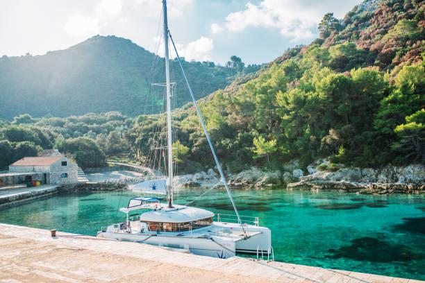 landskap med marina med förtöjd båt (katamaran) - katamaran bildbanksfoton och bilder