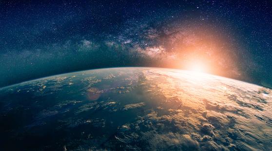 Paisaje Con Galaxia Vía Láctea Amanecer Y Vista De La Tierra Desde El  Espacio Con Galaxia Vía Láctea Foto de stock y más banco de imágenes de  Ambiente - iStock