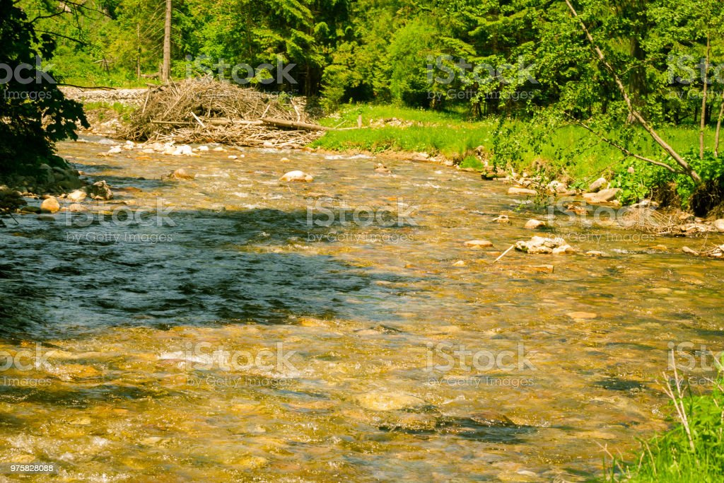 Landschaft mit Bergen und einem Fluss im Vordergrund. schöne Landschaft - Lizenzfrei Abenteuer Stock-Foto