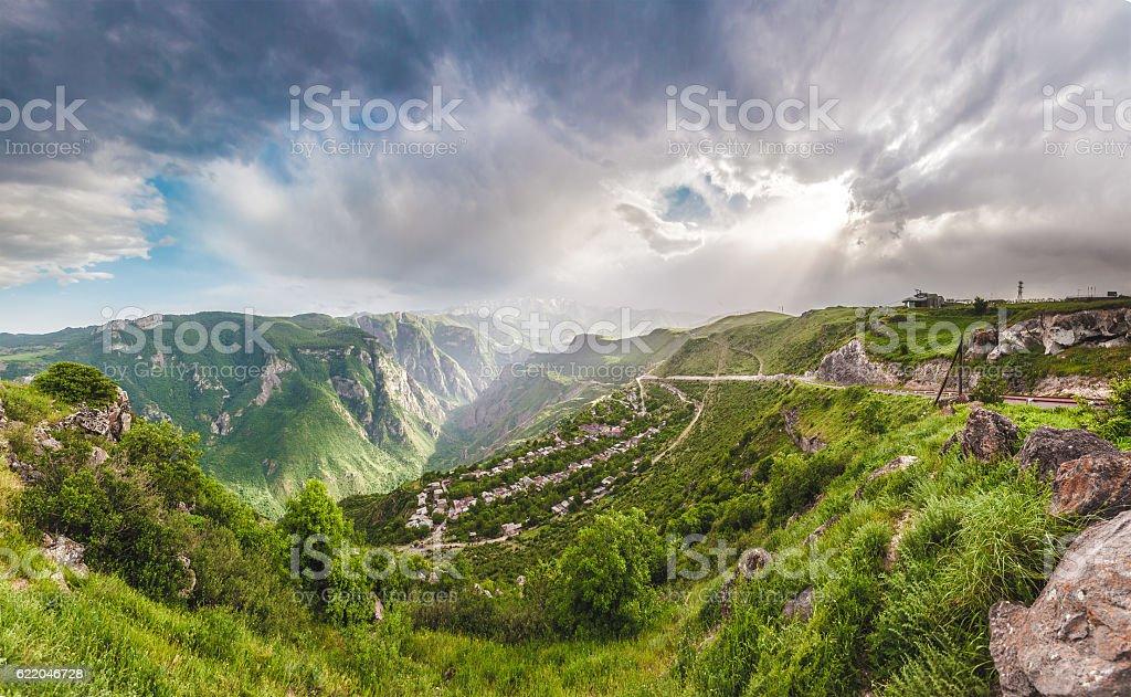 Пейзаж с горами и небо в закате стоковое фото