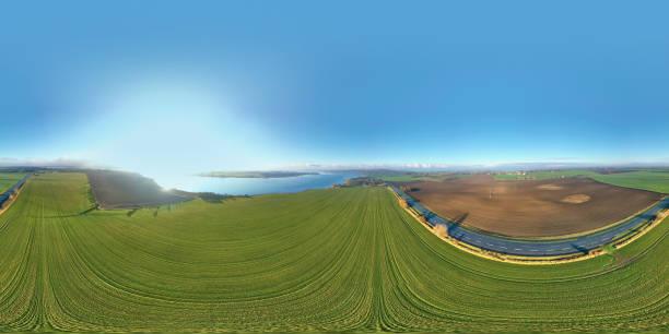 paisaje con carretera y campos - 360 fotografías e imágenes de stock