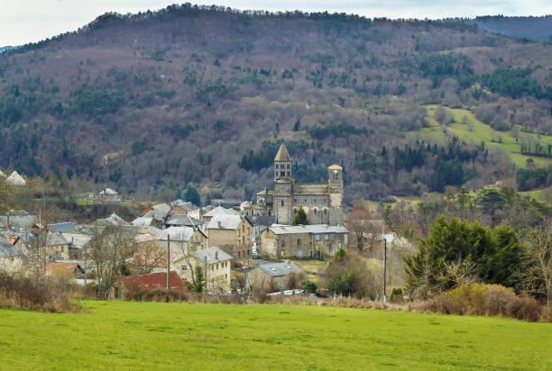 Landschaft mit Saint-Nectaire Kirche, Frankreich – Foto