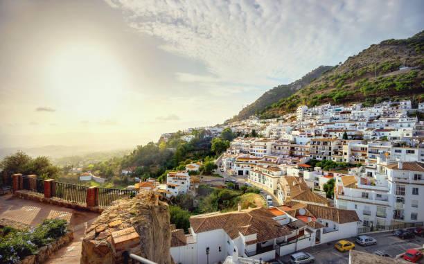 夕暮れ時ミハス村で風光明媚な白い家のある風景します。コスタ ・ デル ・ ソル、アンダルシア、スペイン - アンダルシア州 ストックフォトと画像
