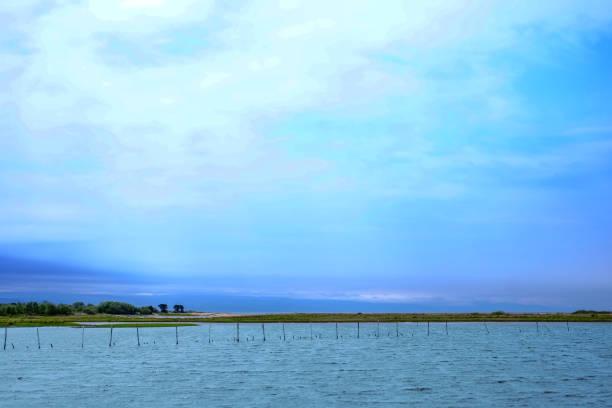 청록색 호수와 호수를 따라 기둥 풍경 스톡 사진