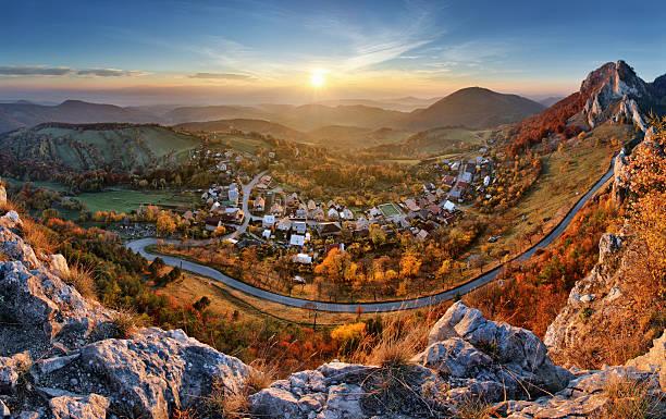 Paysage avec le village, les montagnes et le bleu ciel-Vue panoramique - Photo