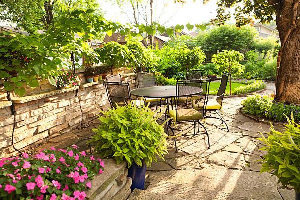 gestalteten hinterhof patio-garten mit möbeln, topfpflanzen, blumen - vorgarten landschaftsbau stock-fotos und bilder