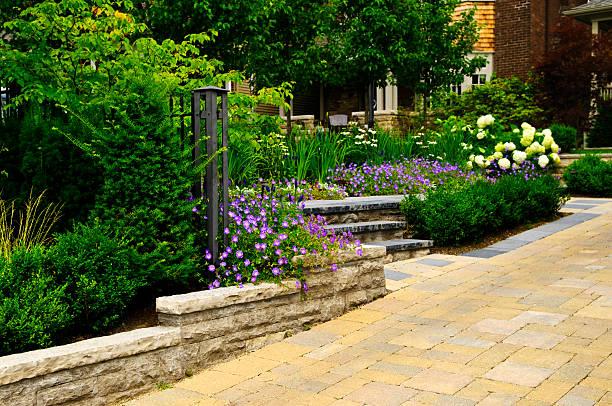 gepflegten garten und stein gepflasterten auffahrt - naturstein terrasse stock-fotos und bilder