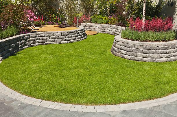 landschaftlich gestalteten garten - naturstein terrasse stock-fotos und bilder