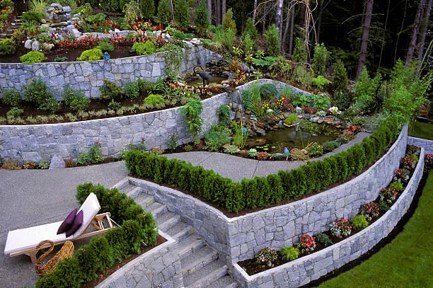 gestalteten garten stützmauer - naturstein terrasse stock-fotos und bilder