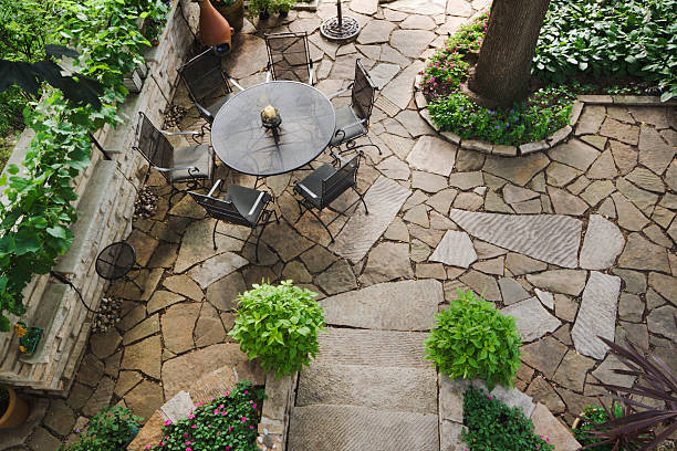 hinterhof mit steinen, landschaftlich gestalteten innenhof mit garten und blume bett - naturstein terrasse stock-fotos und bilder