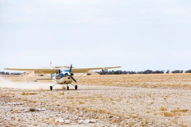 mission auf der sandpiste - namib wüste stock-fotos und bilder