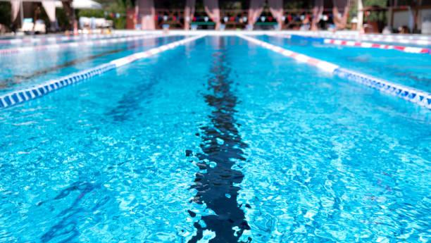 carril de la piscina. closeup de la fila de carriles en la piscina - natación fotografías e imágenes de stock