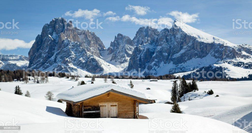Langkofel Berge und hölzernen Stall im Schnee bedeckt Dolomiten – Foto