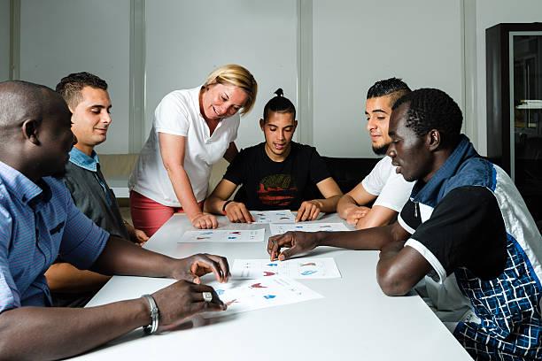 sprache ausbildung für flüchtlinge in einem deutschen camp - studieren in deutschland stock-fotos und bilder
