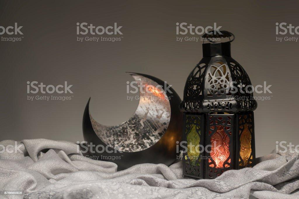 Lanterne et un croissant de cuivre dans une pénombre - Photo