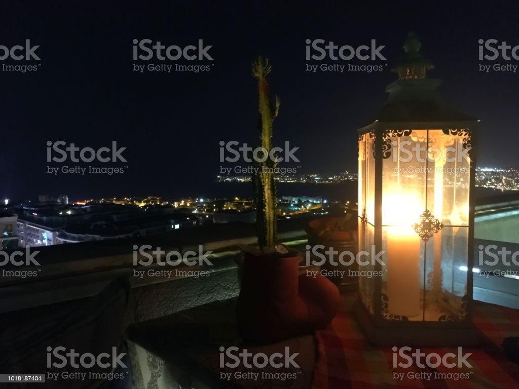 Linterna Y Cactus En Terraza En Noche De Verano Foto De