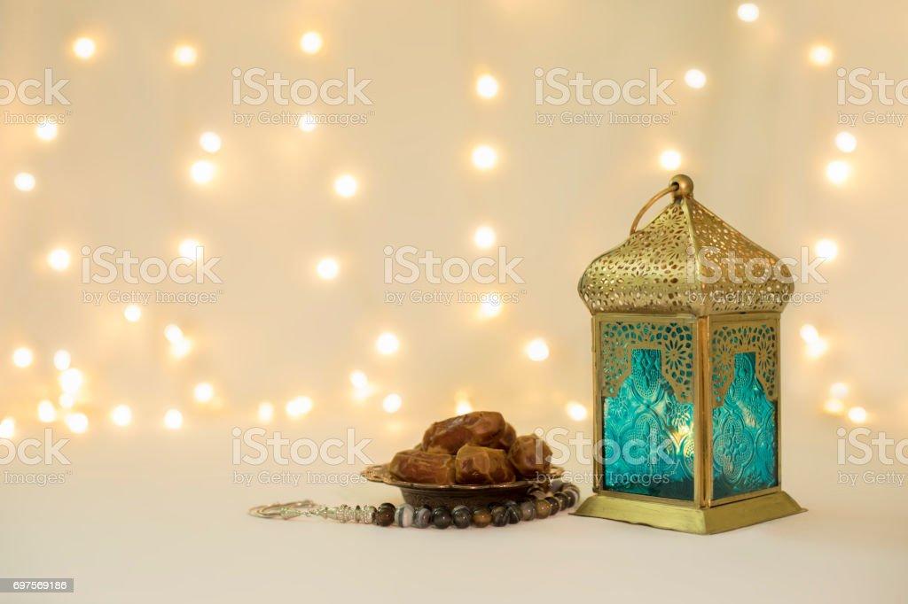 Linterna y las fechas de frutas frente a bokeh fondo - foto de stock