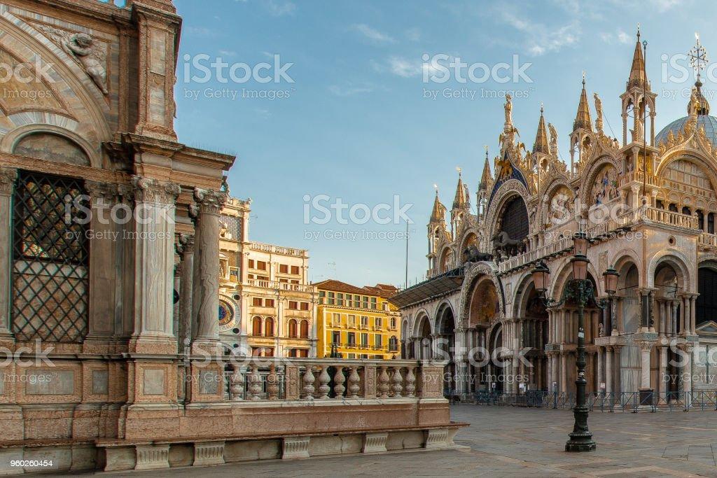 Eine Laterne in Venedig vor der Basilika am Piazza San Marco # – Foto