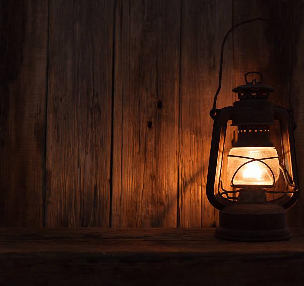 lanterna luminária de mesa com luz de fundo de parede de madeira escura - lanterna - fotografias e filmes do acervo