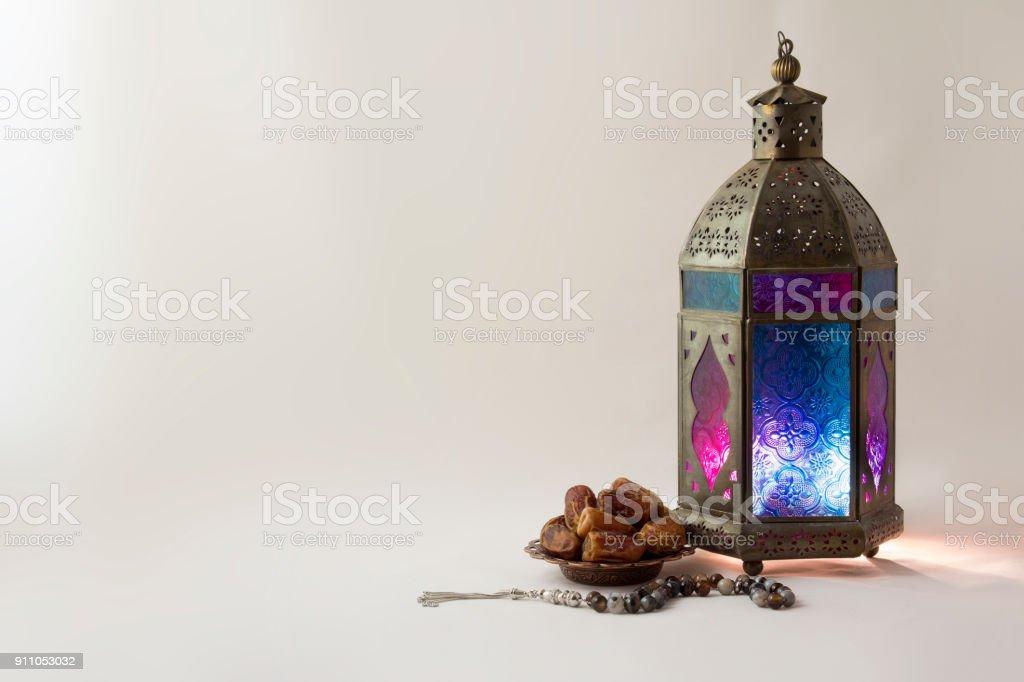 Linterna con fechas frutas y Rosario - foto de stock