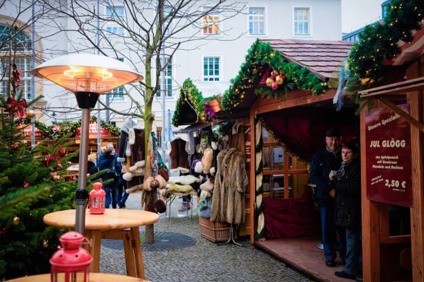 laternen und stände auf dem weihnachtsmarkt in der nähe des opernhauses berlin - weihnachtsmarkt am gendarmenmarkt stock-fotos und bilder