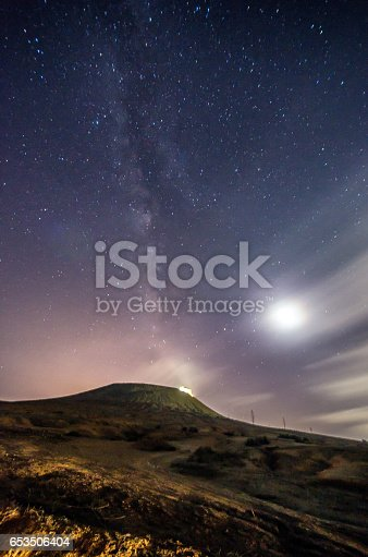 653506436 istock photo lanzarote night sky milky way 653506404