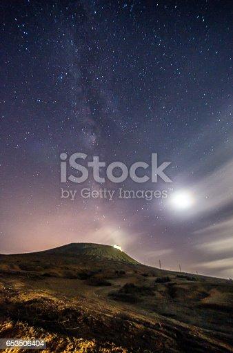 653506436istockphoto lanzarote night sky milky way 653506404