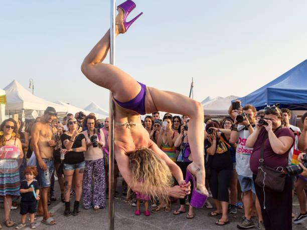 lapdancer führt am tag des stolzes lazio in rom - tanz camp stock-fotos und bilder