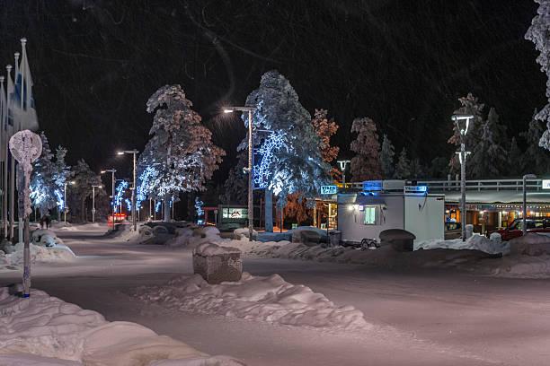 Lapponia, la Finlandia.   Nevica nel villaggio di Saariselkä - foto stock