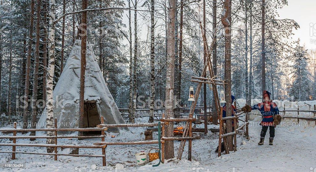 """Lapponia (Finlandia).   Due Sami persone vicino alla loro lavvu"""""""