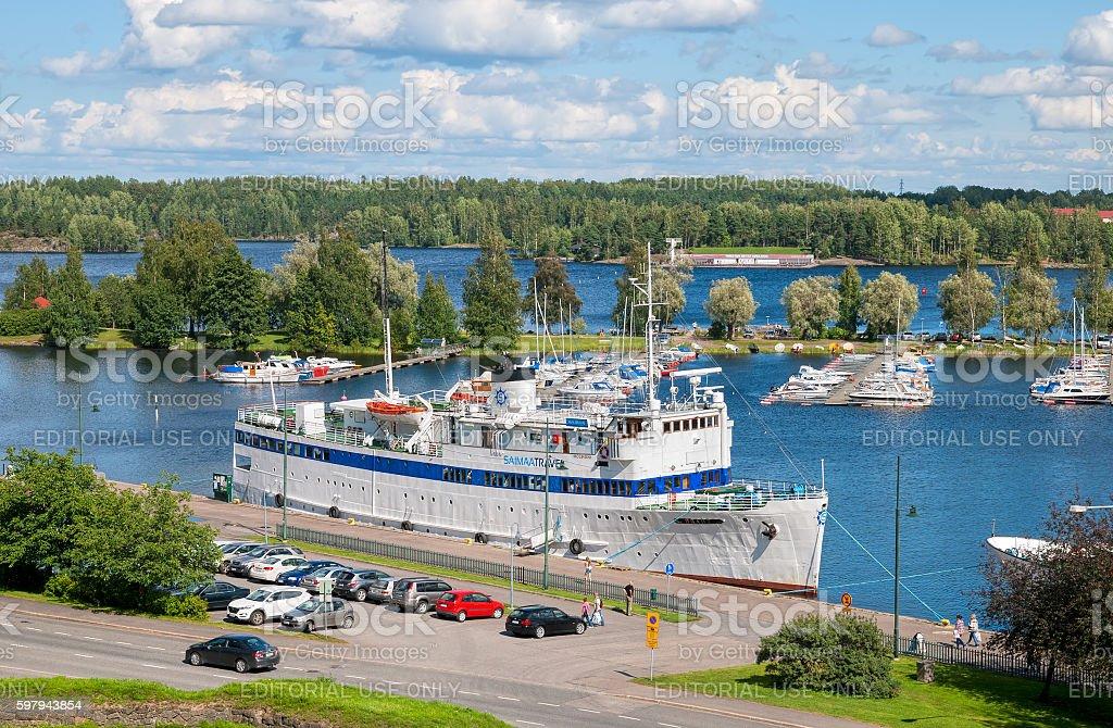 Lappeenranta, a Finlândia. Pessoas perto Saimaa Lago foto royalty-free