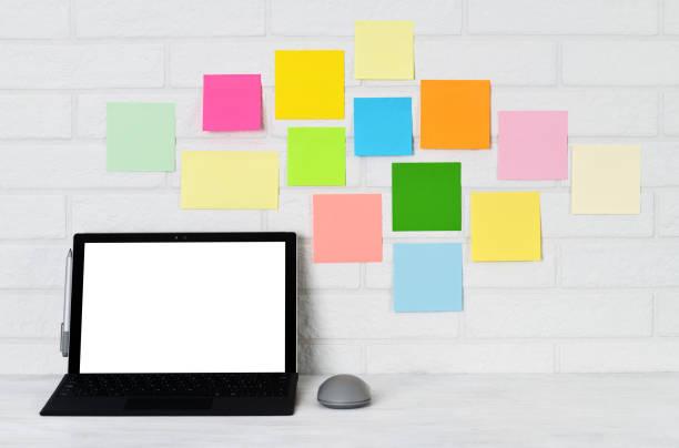 laptop and multi colored pin stichers - post it notes zdjęcia i obrazy z banku zdjęć
