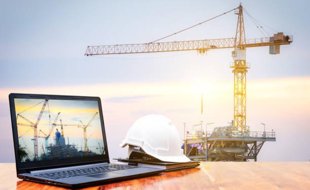 Laptop und Sicherheit Helm für Bauingenieur – Foto