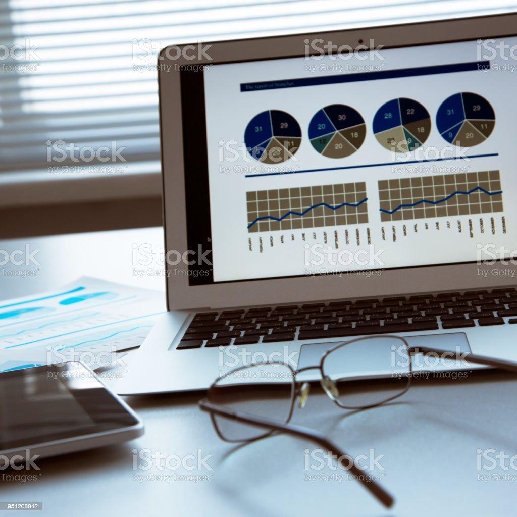 Laptop und tablet-Computer auf Tisch – Foto
