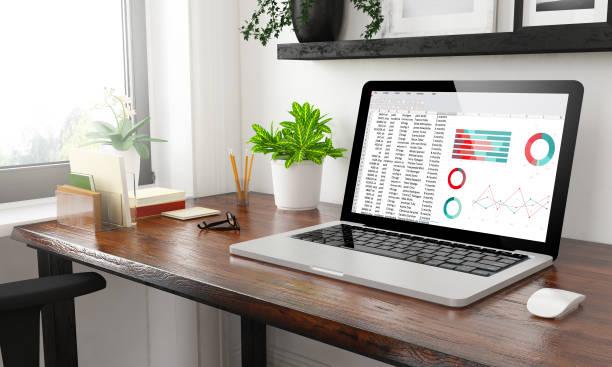 laptop im home-office tabellenkalkulation - tabellenkalkulation stock-fotos und bilder