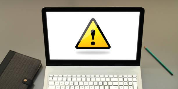 laptop-vorsicht - fehlermeldung stock-fotos und bilder
