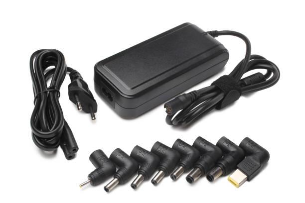 laptop-ladegerät mit verschiedenen adaptern - adapter stock-fotos und bilder