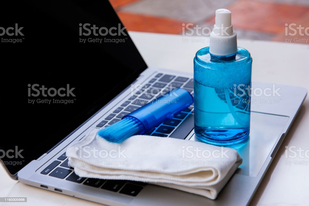 ラップトップのクリーンアップ。ノートブック画面、キーボード、ケースをクリーニングするためのサービス。クリーニングアクセサリー:ブラシ、布、スプレー。コンピュータモニタ - きれいにするのロイヤリティフリーストックフォト