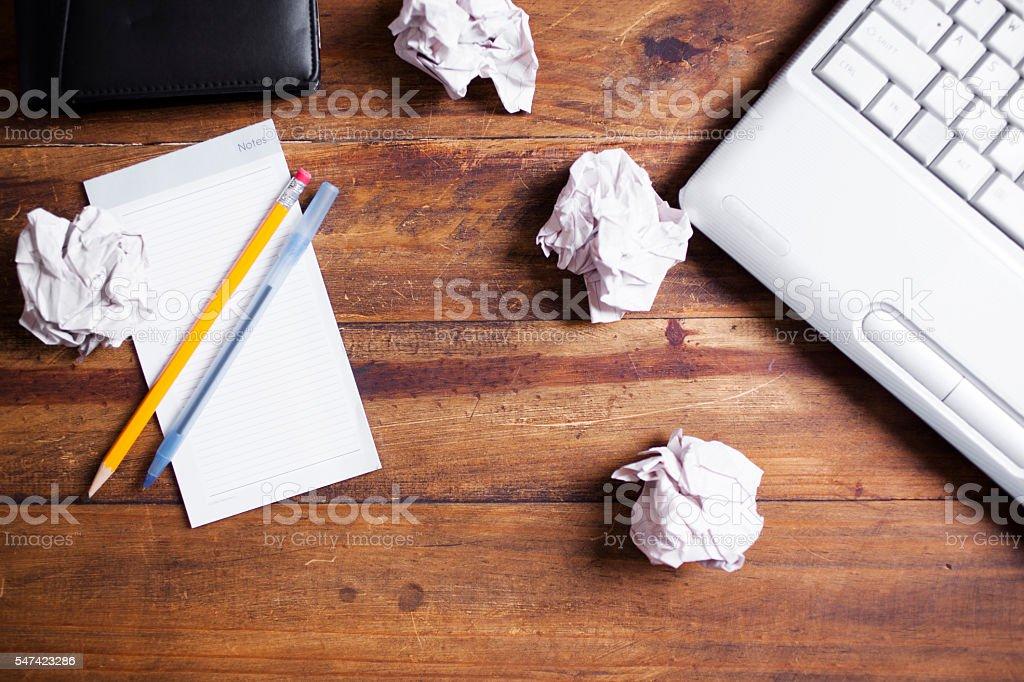 Photo De Ordinateur Portable Des Boules De Papier Froisse Blocnotes